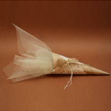 Paper cone with doily and tulle favour / Μπομπονιέρα χωνί με τούλι